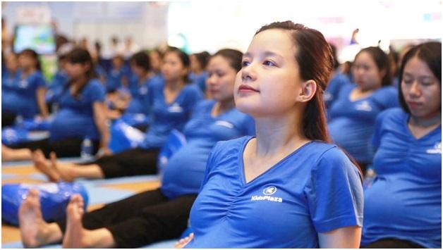 Hình ảnh các mẹ bầu cùng tập Yoga
