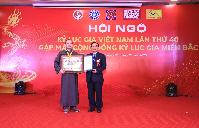 TS. Ngô Quang Xuân, Phó chủ tịch Tổ chức chức Kỷ lục người Việt toàn cầu trao Kỷ lục đến nghệ nhân Phạm Văn Tuyên (Đại đức. Thích Chánh Tịnh).