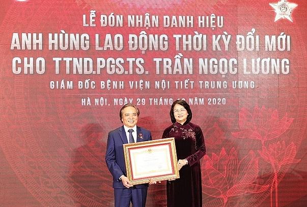 Phó chủ tịch nước Đặng Thị Ngọc Thịnh trao danh hiệu Anh hùng Lao động cho TTND Trần Ngọc Lương