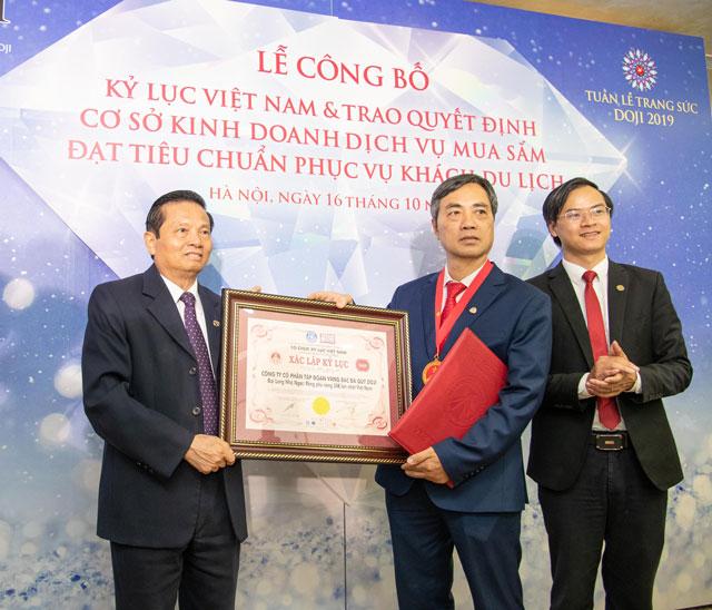 Tiến sĩ Lê Doãn Hợp, Chủ tịch Hội đồng xác lập Tổ chức Kỷ lục Việt Nam trao Kỷ lục đến ông Dương Anh Tuấn – Phó Tổng giám đốc Tập đoàn DOJI