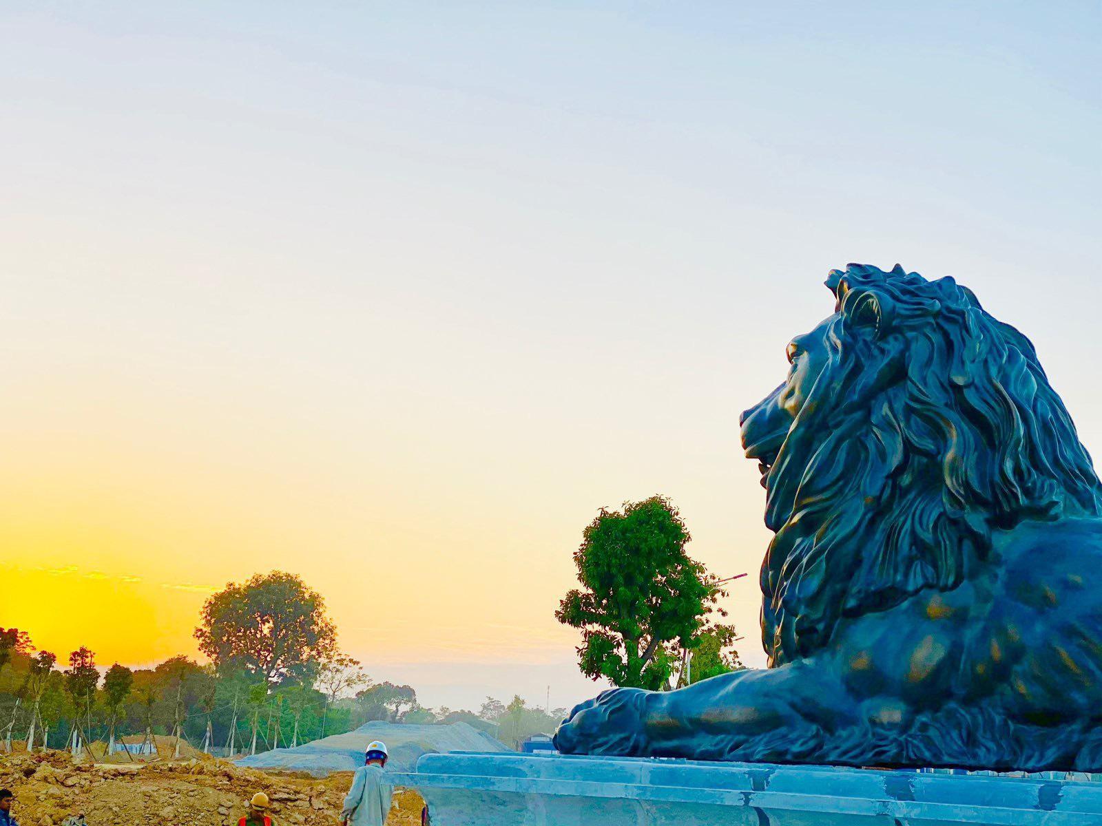 Tượng sư tử dưới chân tháp – biểu tượng cho sự uy quyền, giàu sang và mạnh mẽ
