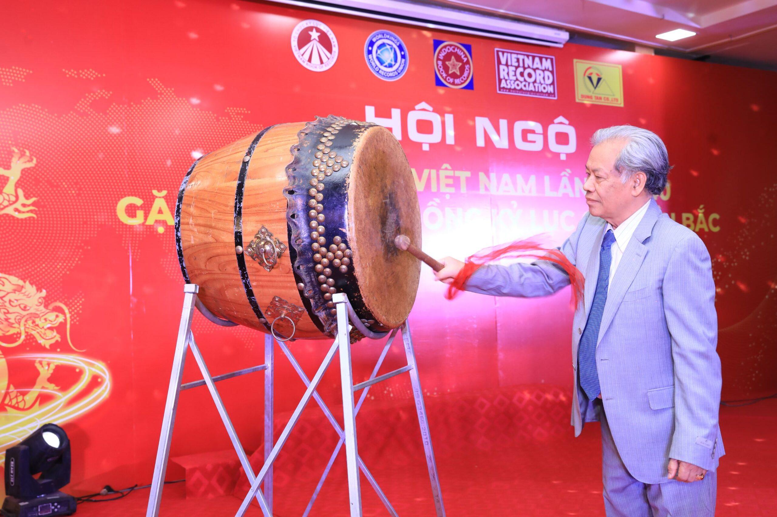 Tiến sĩ Thang Văn Phúc – Nguyên Thứ trưởng Bộ Nội vụ, Chủ tịch Trung ương Hội Kỷ lục gia Việt Nam thực hiện nghi thức Đánh trống khai hội