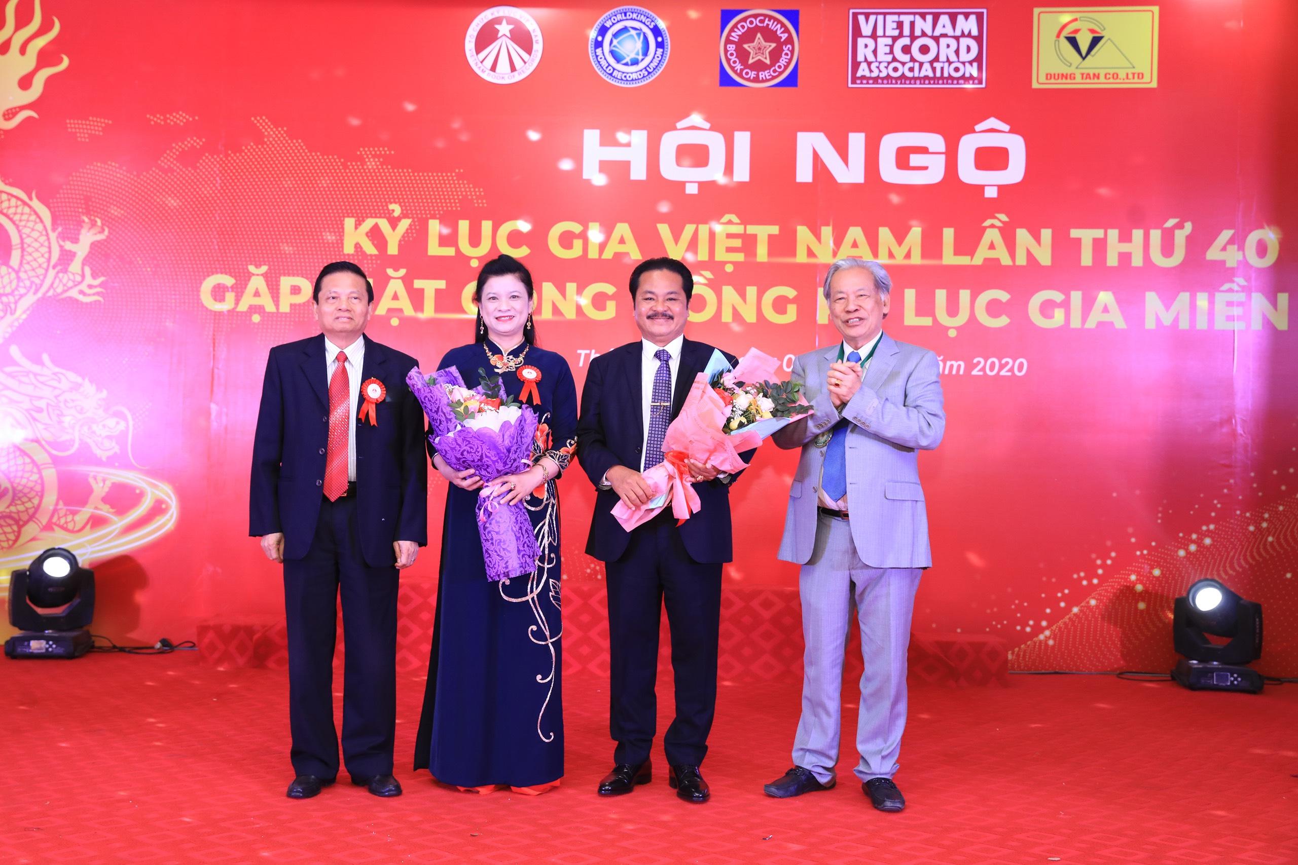 Tiến sĩ Thang Văn Phúc và Tiến sĩ Lê Doãn Hợp trao tặng hoa đến vợ chồng Lê Văn Dũng - Giám đốc Công ty TNHH Dũng Tân - Nhà tài trợ Hội ngộ