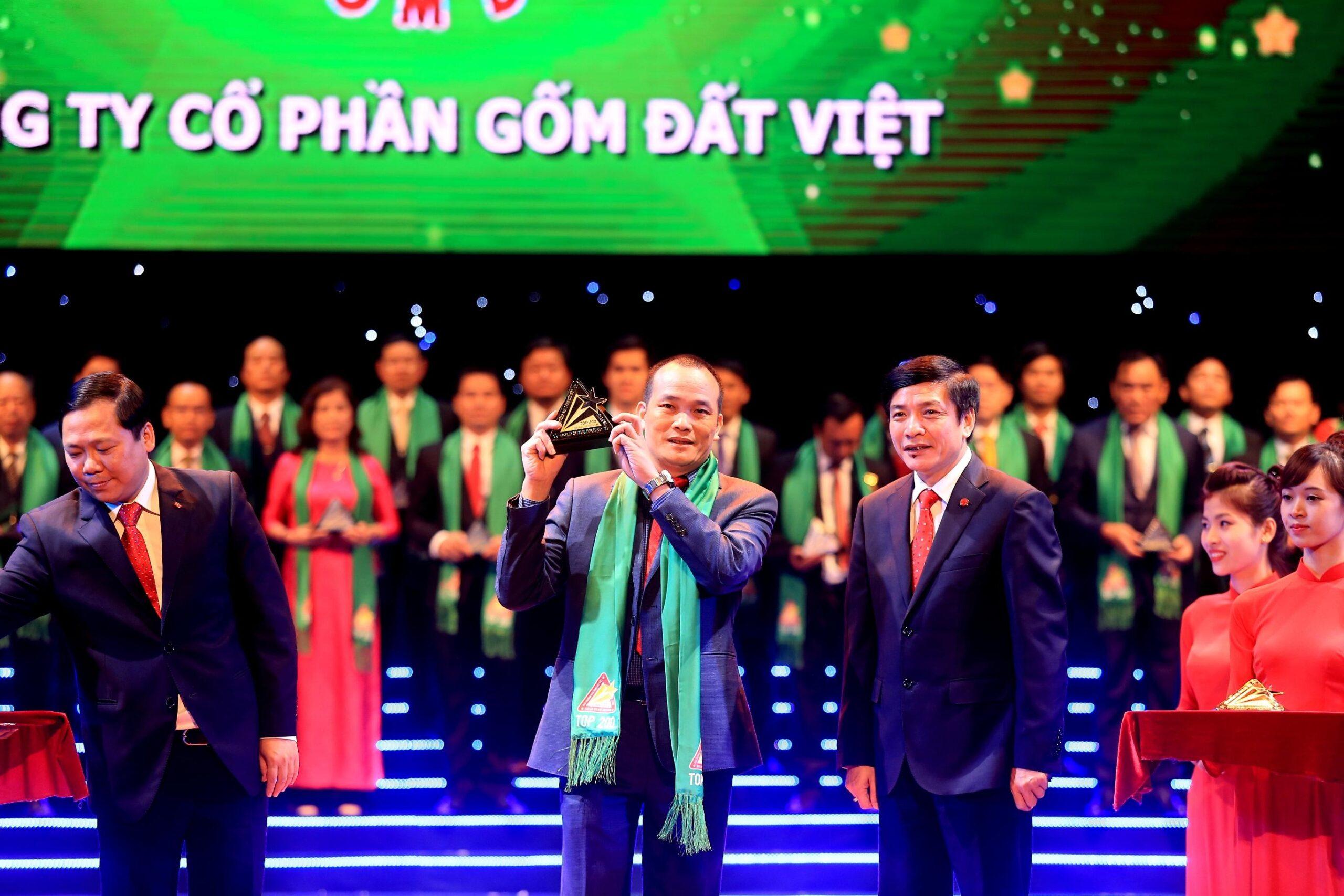 Ông Đồng Đức Chính, TGĐ Công ty CP Gốm Đất Việt nhận giải thưởng Sao vàng Đất Việt