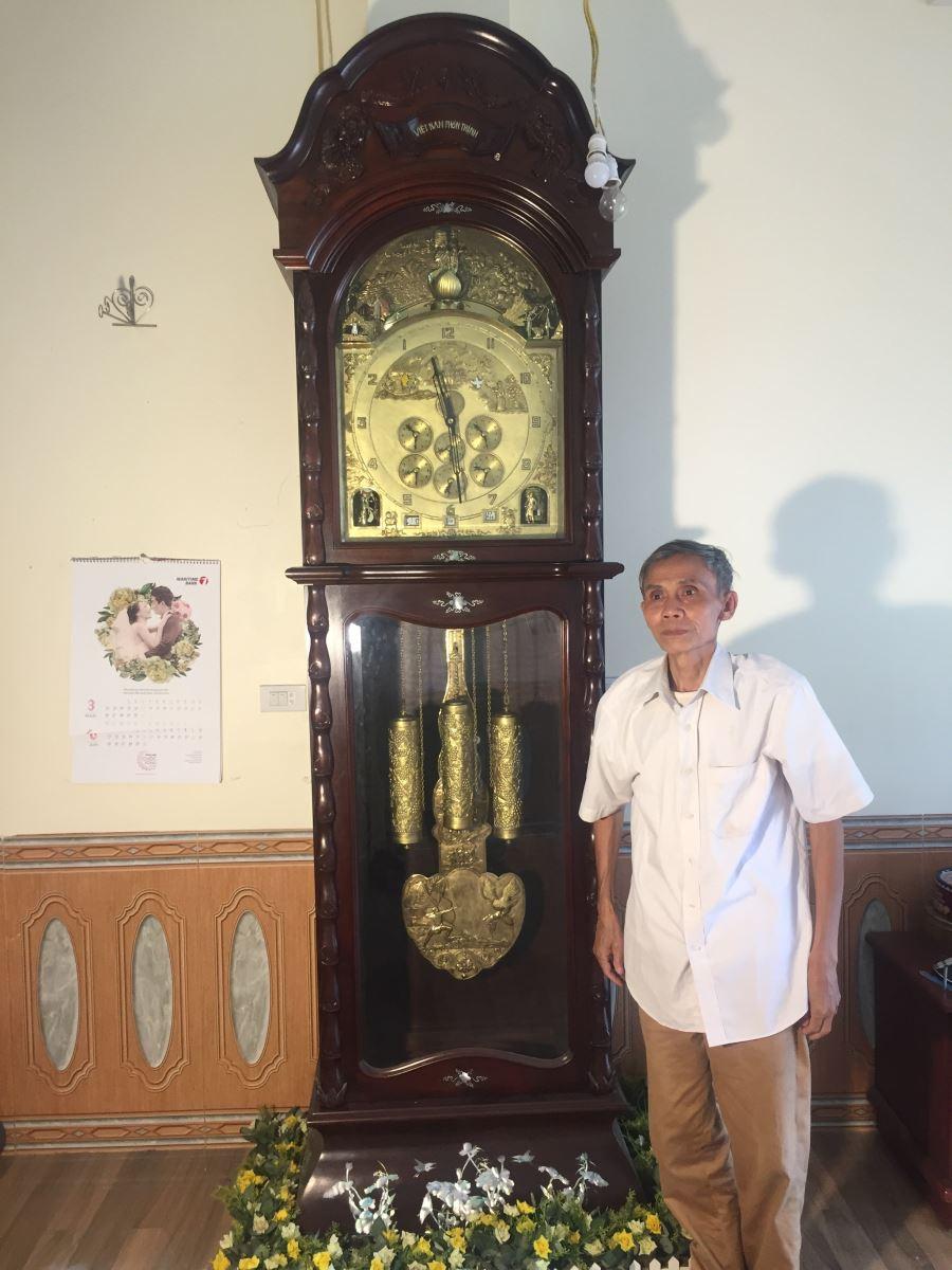 Kỷ lục gia Nguyễn Hữu Hùng bên đứa con tinh thần vô giá của mình thực hiện