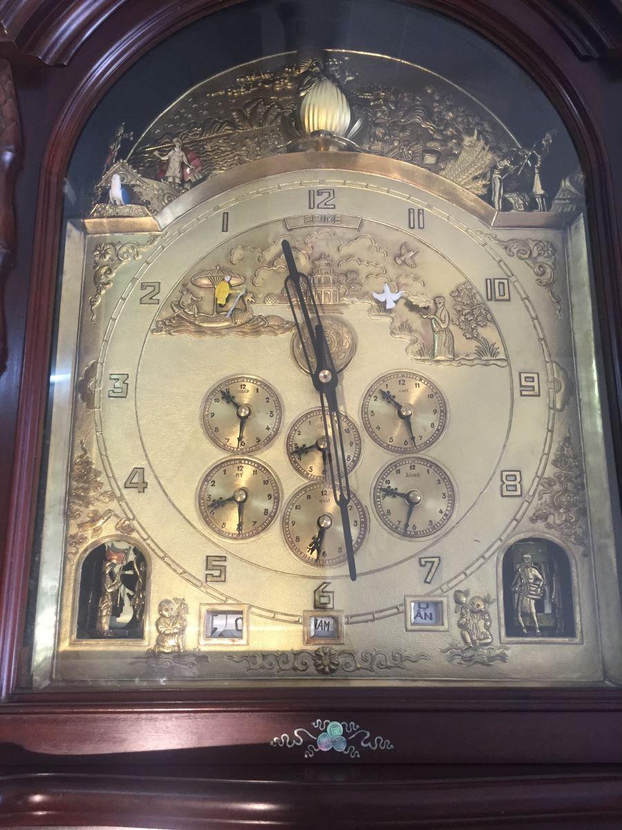 Trên nền chiếc đồng hồ là các phù điêu tượng trưng cho 50 người con xuống biển, 50 người con lên non, hình ảnh Thạch Sanh, Tấm Cám, Tống Trân Cúc Hoa, Phù Đổng Thiên Vương...
