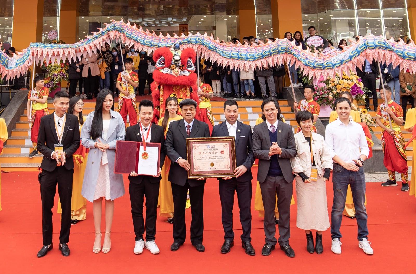 Ông Trần Ngọc Tăng - Phó Chủ tịch TW Hội Kỷ lục gia Việt Nam (thứ 4 từ trái qua) và ông Hoàng Thái Tuấn Anh, Tổng thư ký Tổ chức Kỷ lục Đông Dương, Trưởng đại diện miền Bắc Tổ chức Kỷ lục Việt Nam (thứ 3 từ phải sang) đại diện trao bằng Kỷ lục đến đơn vị