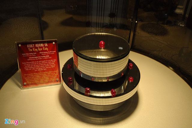 """Ruby Hoàng Đế được mệnh danh là """"báu vật triệu đô"""", xếp vào hạng Ruby sao quý hiếm bậc nhất thế giới. Tổ chức Kỷ lục Việt Nam xác nhận đây là viên Ruby Sao hoàng đế lớn nhất Việt Nam"""