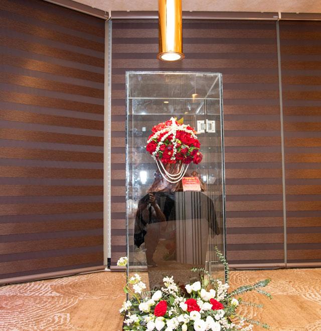 Bảo vật Sparkling Color Rose – bó hoa kỷ lục đính nhiều đá quý gây ấn tượng với chất liệu vàng 24K được khảm những viên Ruby, Sapphire, Emerald, Thạch anh…