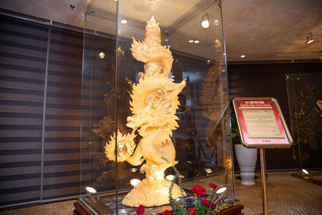 Đại Long Nhả Ngọc có hình dáng rất uy nghiêm được phủ hoàn toàn bằng vàng 999.9 đặt trên bệ gỗ hương có mùi thơm rất đặc biệt. Bảo vật đạt kỷ lục Rồng phủ vàng 24K lớn nhấn Việt Nam