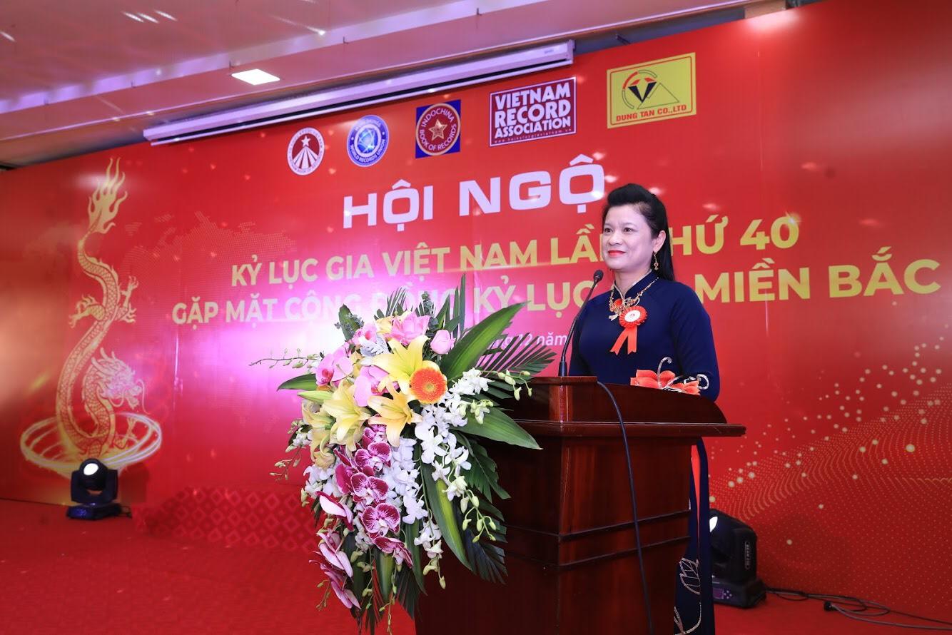 Bà Nguyễn Thị Kim Oanh, phó giám đốc Công ty TNHH Dũng Tân, phu nhân Ông Lê Văn Dũng đại diện đơn vị tài trợ phát biểu tại sự kiện.