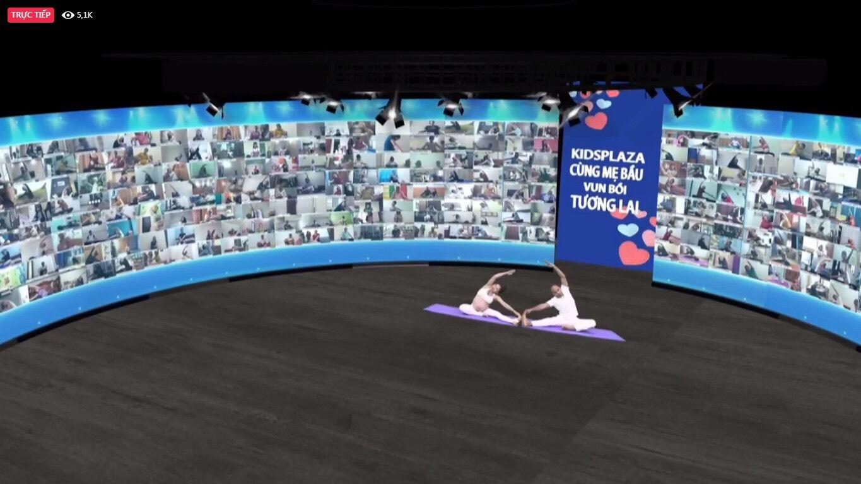 Huấn luyện viên Gurdev Singh,Phó Chủ tịch Liên đoàn Yoga Châu Á cùng bà Đỗ Thị Duyến - Tổng giám đốc Kids Plaza thực hiện các động Yoga hướng dẫn hơn 2000 mẹ bầu tập luyện trực tuyến.