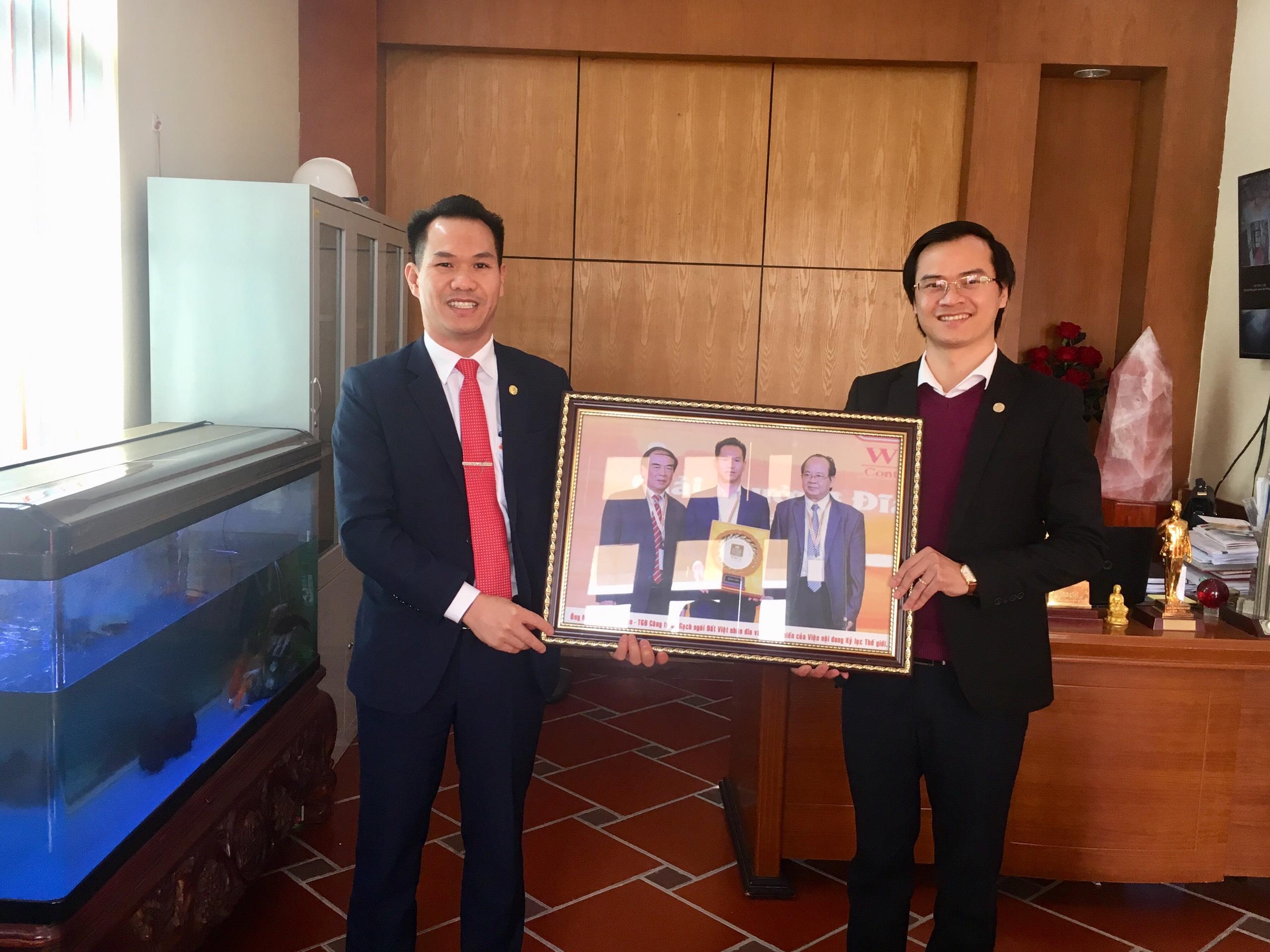 Ông Hoàng Thái Tuấn Anh, Tổng thư ký Tổ chức Kỷ lục Đông Dương, Trưởng đại diện Văn phòng Kỷ lục Miền Bắc tham dự sự kiện và tặng quà tới ông Nguyễn Quang Toàn, TGĐ Công ty CP Gạch ngói Đất Việt.