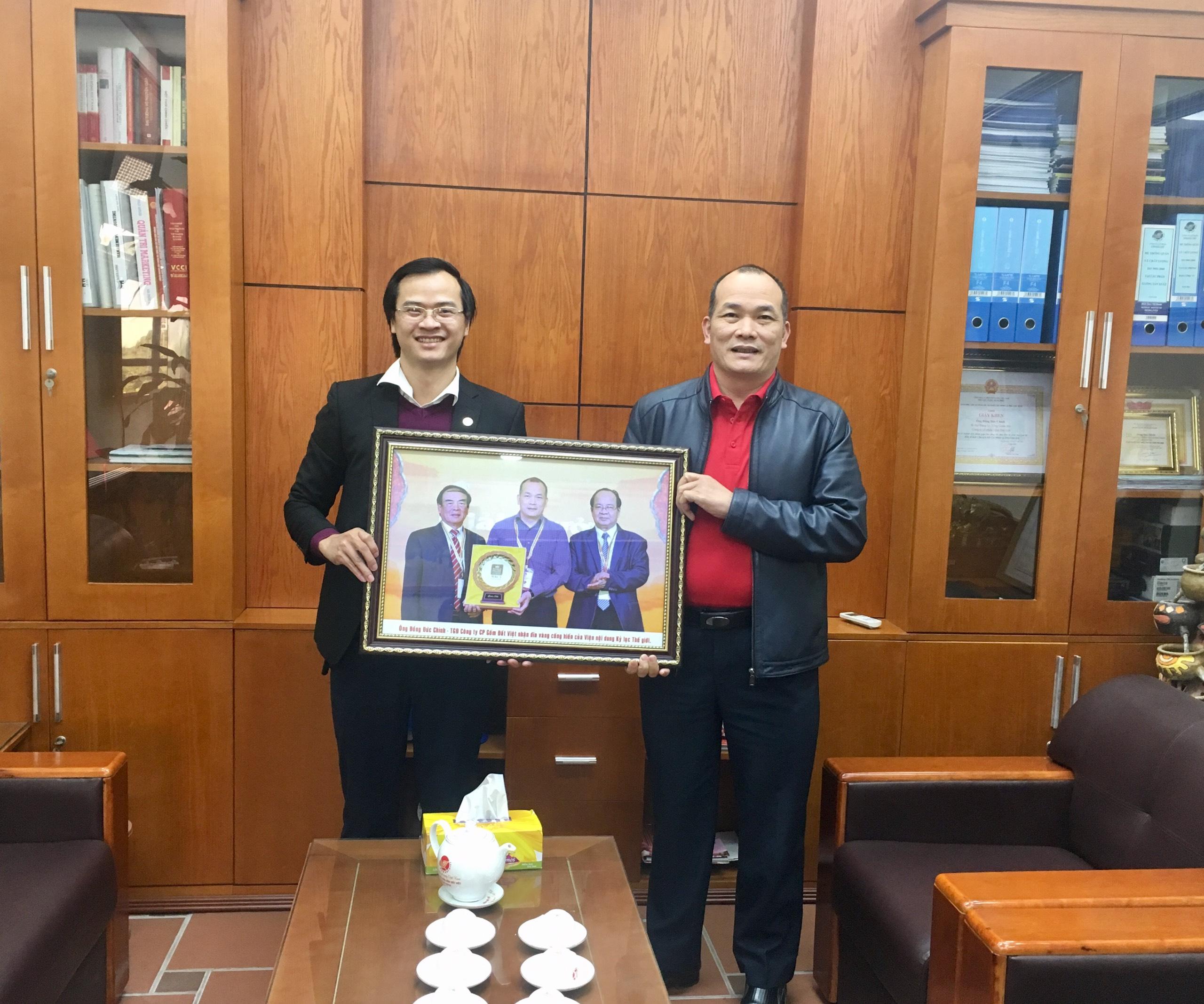Ông Hoàng Thái Tuấn Anh, Tổng thư ký Tổ chức Kỷ lục Đông Dương, Trưởng đại diện Văn phòng Kỷ lục Miền Bắc tham dự sự kiện và tặng quà tới ông Đồng Đức Chính, TGĐ Công ty CP Gốm Đất Việt.