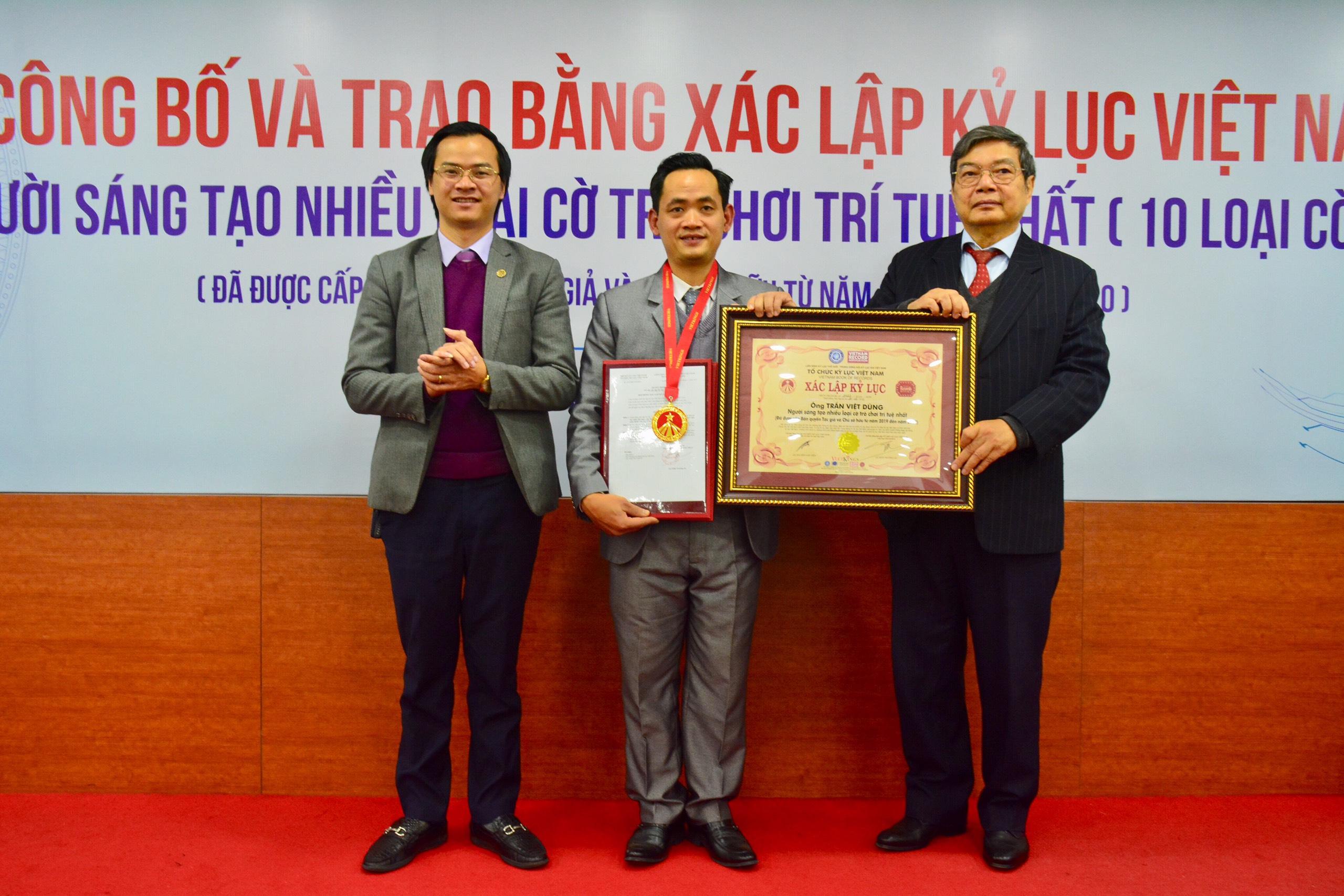 Ông Trần Việt Hùng - Nguyên Cục trưởng Cục Sở hữu trí tuệ Việt Nam, Thường trực Hội đồng Xác lập Kỷ lục Việt Nam trao bằng xác lập Kỷ lục đến ông Trần Việt Dũng