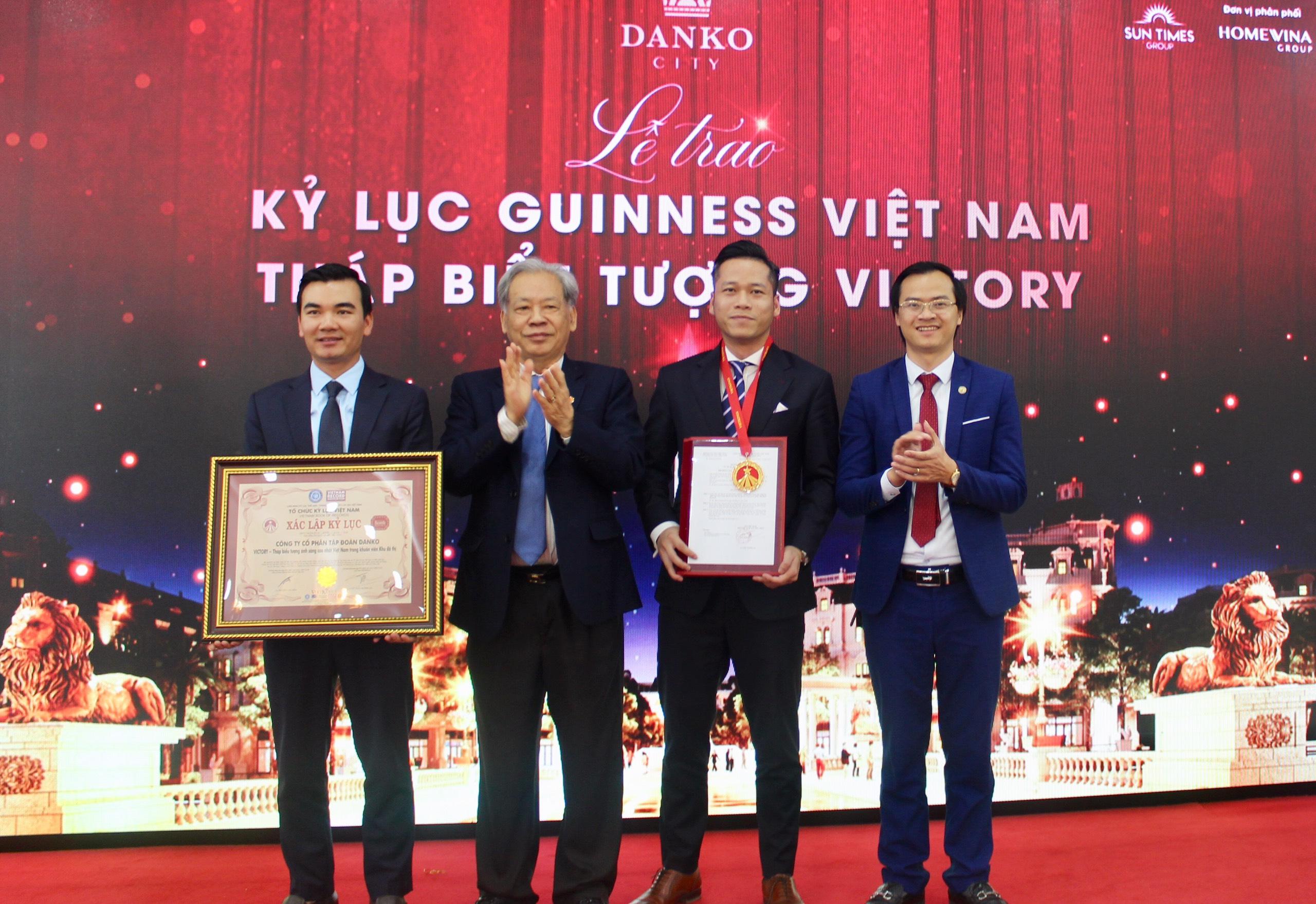 Tiến sĩ Thang Văn Phúc - Nguyên Thứ trưởng Bộ Nội vụ, Chủ tịch TW Hội Kỷ lục gia Việt Nam (Thứ 2 từ trái qua) trao bằng xác lập và huy hiệu Kỷ lục đến đại diện Công ty CP Tập đoàn DanKo