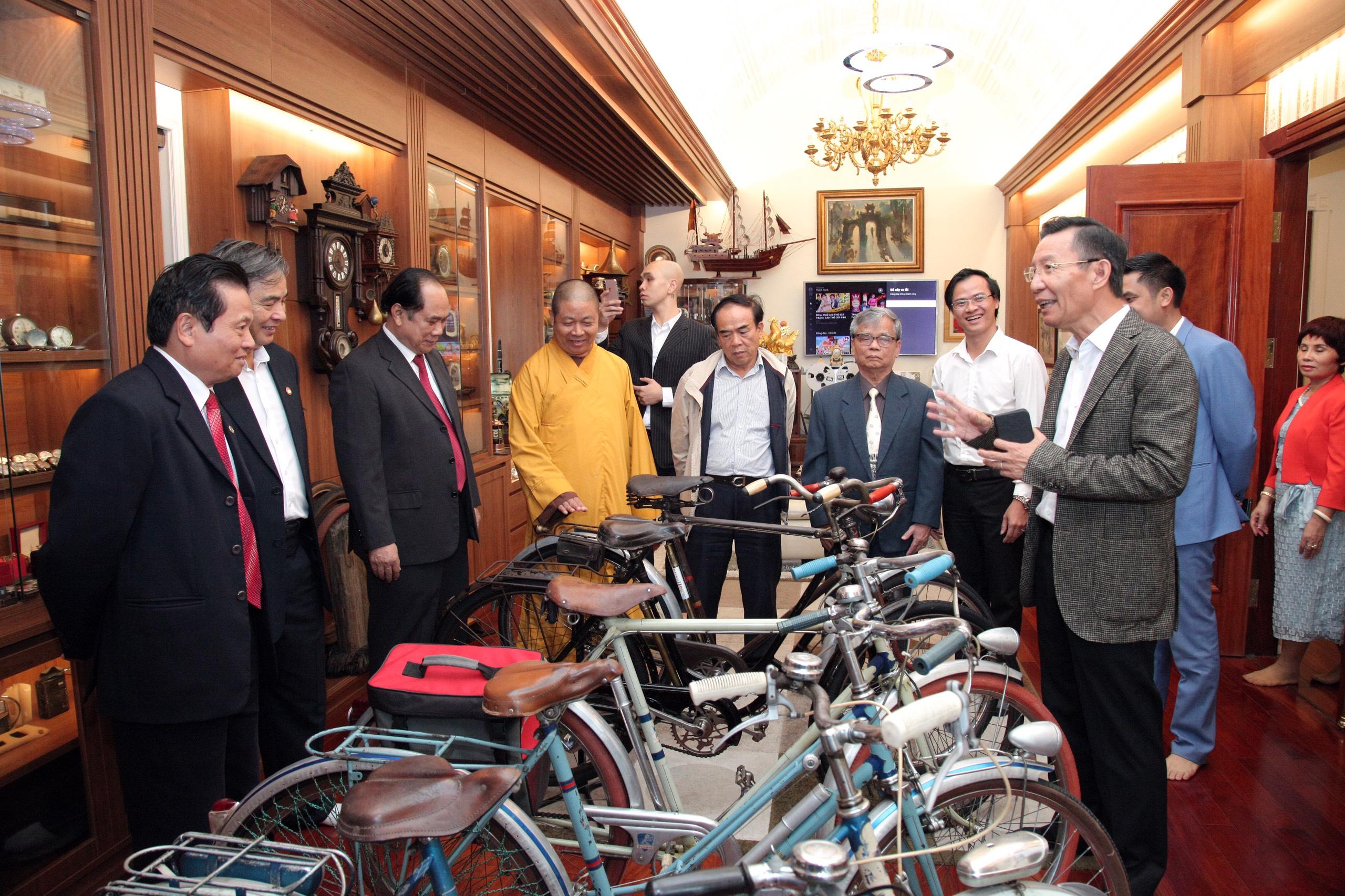 Các đại biểu tham quan bộ sư tập xe đạp Peugoet