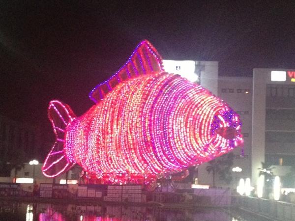"""Với chiều cao 15m, dài 32m, kết từ hơn 5.000 đèn lồng nhỏ, bên trong là 5.000 bóng đèn led lung linh, lồng đèn cá chép trở thành một """"tuyệt phẩm ánh sáng"""""""