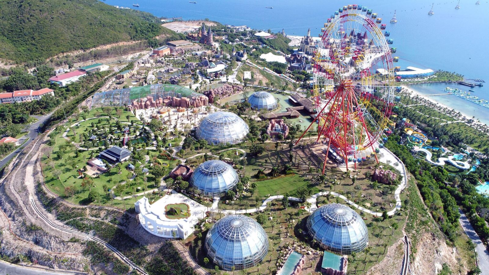 Sky Wheel nằm trong quần thể du lịch, nghỉ dưỡng, giải trí Vinpearl tại đảo Hòn Tre, Nha Trang
