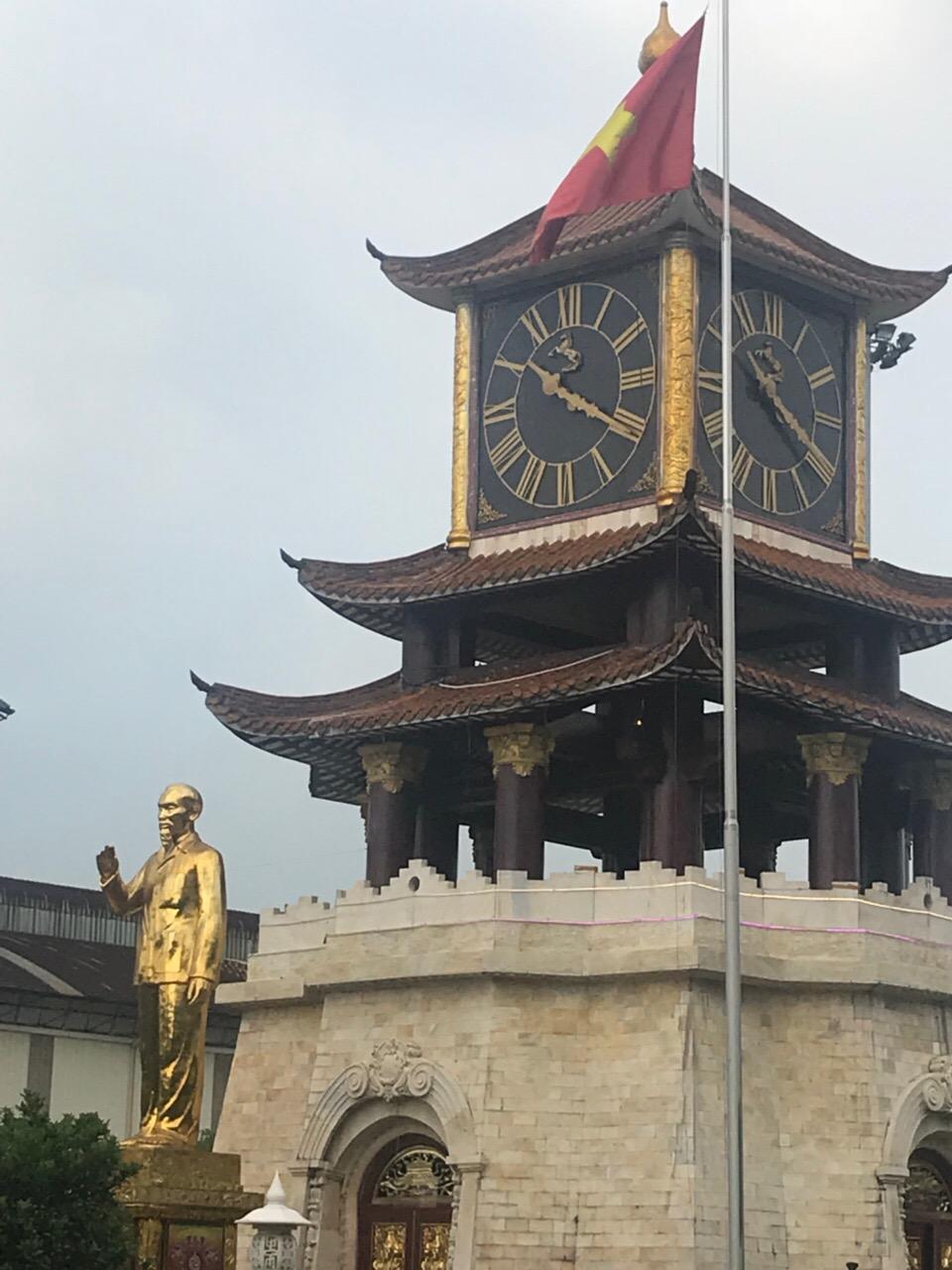 Tượng chủ tịch Hồ Chí Minh bằng đồng mạ vàng cao hơn 8m trong khu lưu niệm