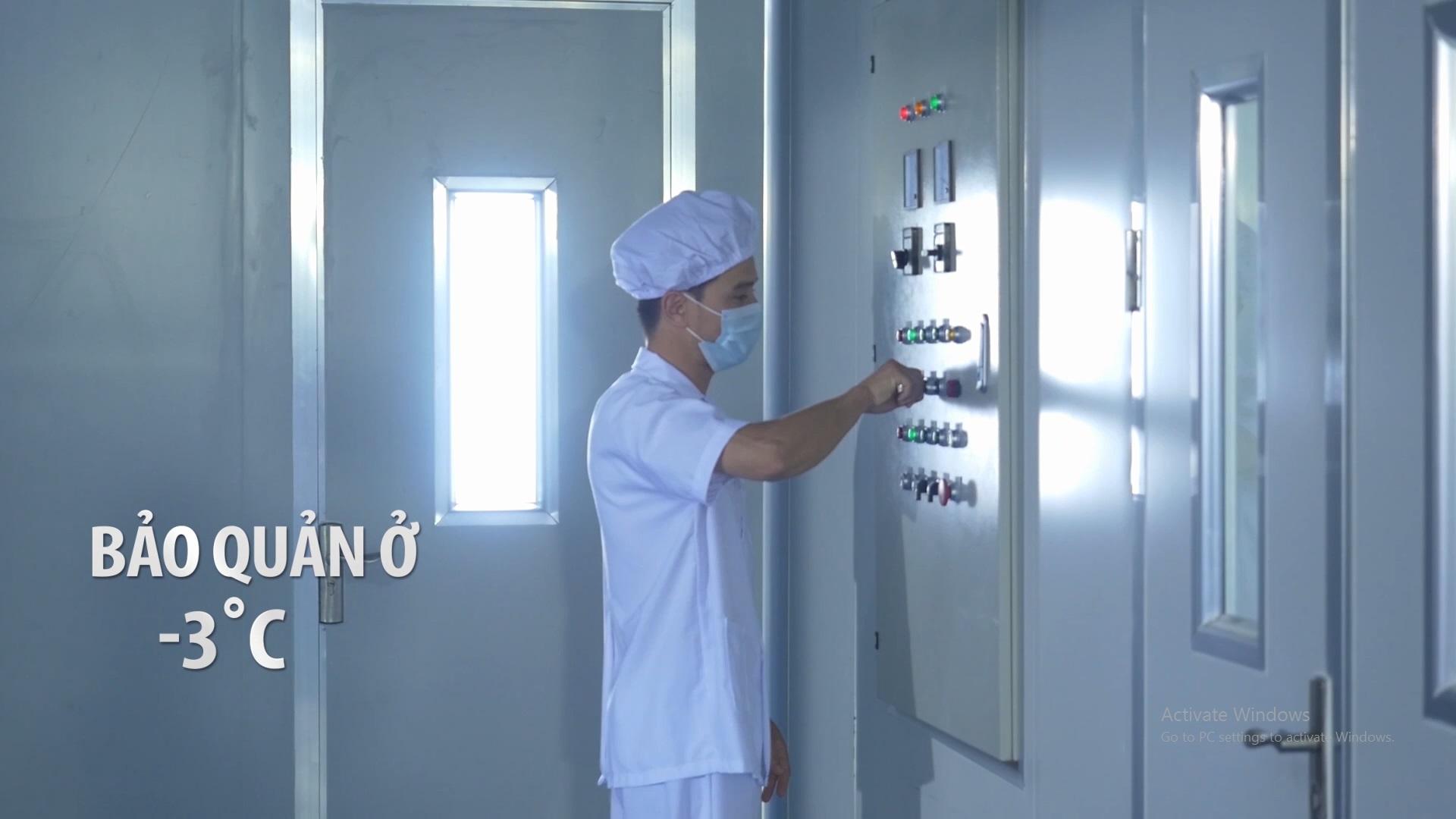 Kho lạnh bảo quản tỏi nguyên liệu có thể tích 800 khối, luôn duy trì nhiệt độ từ -3 đến 0 độ C, đủ năng lực bảo quản ổn định chất lượng 150 tấn tỏi nguyên liệu mà không cần dùng đến chất bảo quản.