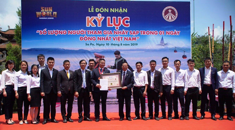 TS.Lê Doãn Hợp, Nguyên Bộ trưởng Bộ Thông tin và truyền thông, Chủ tịch Hội đồng xác lập Kỷ lục Việt Nam trao bằng Kỷ lục đến đại diện đơn vị