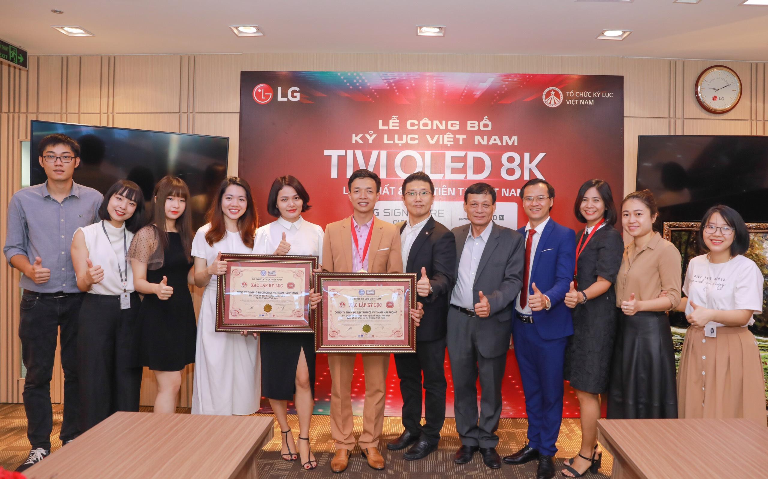 Các cán bộ - nhân viên Công ty TNHH LG Electronics Việt Nam Hải Phòng chụp hình lưu niệm cùng đại diện Tổ chức Kỷ lục Việt Nam
