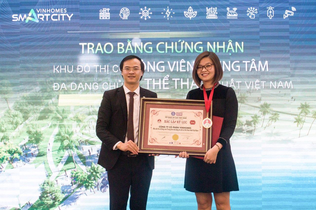 Ông Hoàng Thái Tuấn Anh, Tổng thư Ký Tổ chức Kỷ lục Đông Dương, Trưởng đại diện Văn phòng Kỷ lục Miền Bắc dại diện trao Kỷ lục Công viên Trung tâm đa dạng chủ đề về thể thao nhất Việt Nam đến Công ty CP Vinhomes.