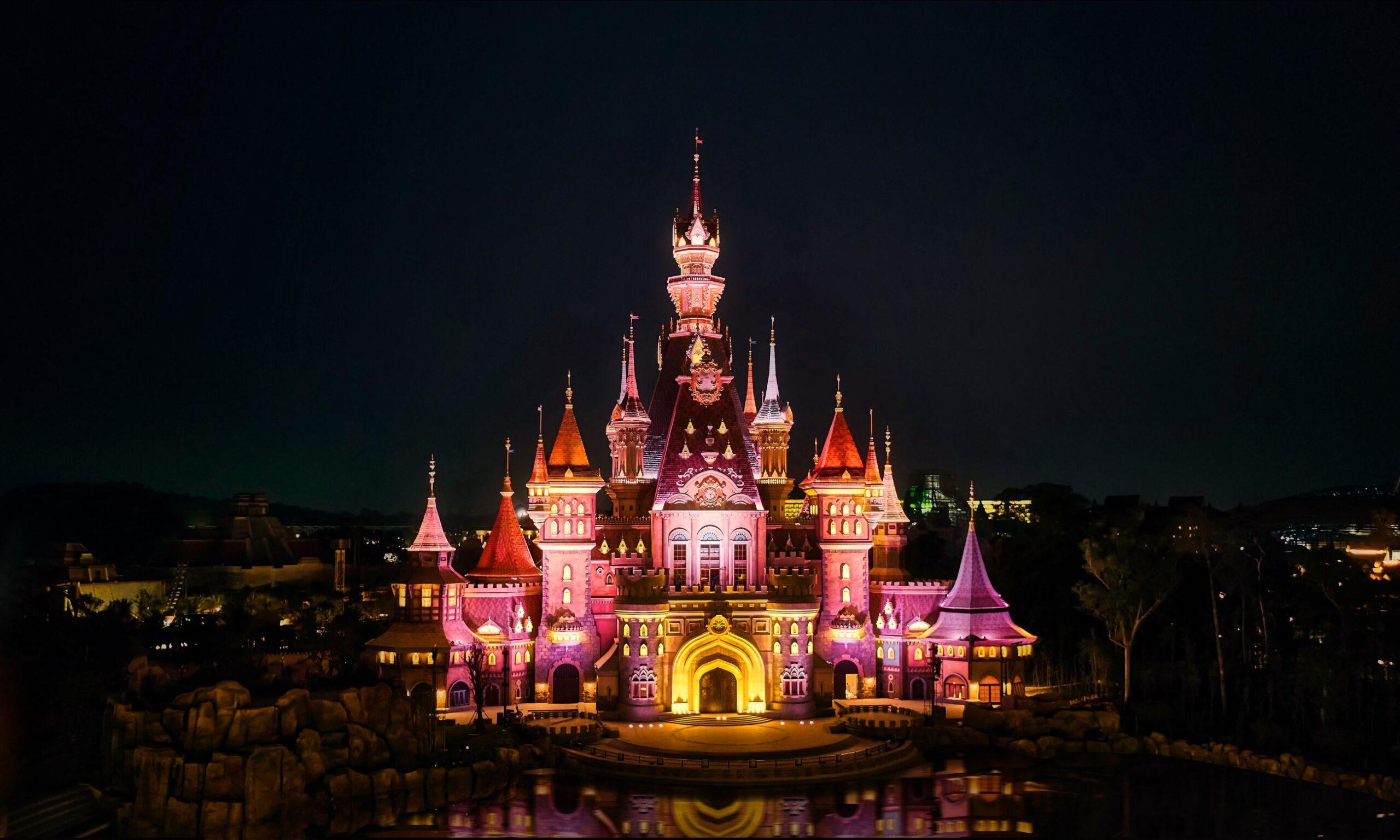 Lâu đài VinWonders lung linh, huyền ảo về đêm