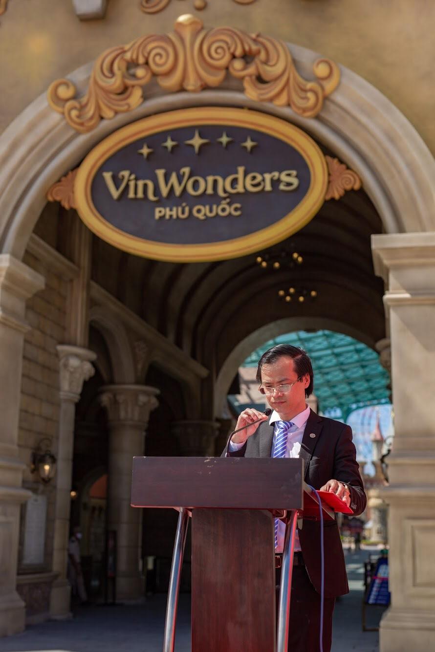 Ông Hoàng Thái Tuấn Anh - Tổng thư ký Tổ chức Kỷ lục Đông Dương, Trưởng VPĐD Tổ chức Kỷ lục Việt Nam tại miền Bắc đại diện công bố quyết định xác lập Kỷ lục