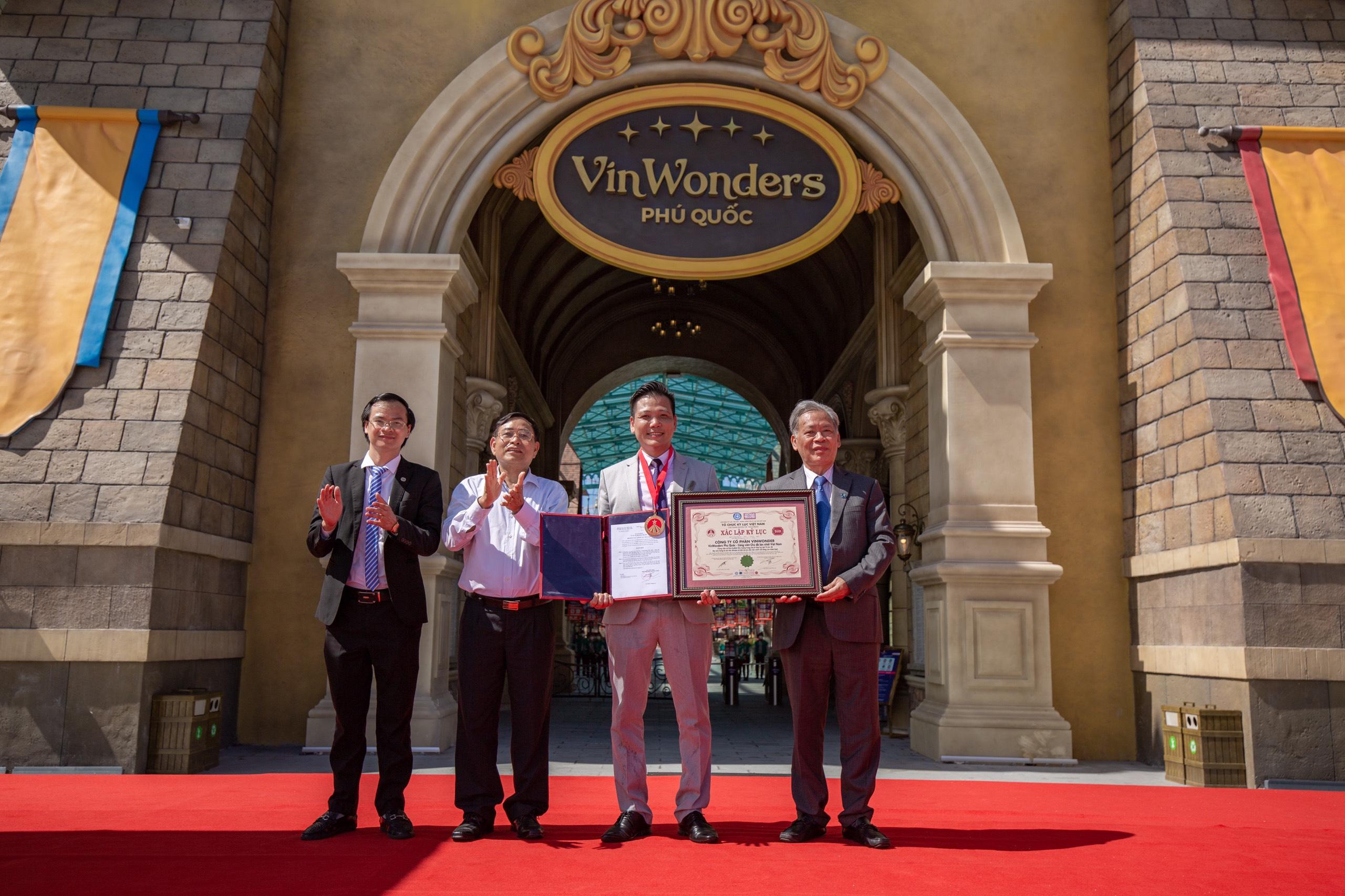 Ts.Thang Văn Phúc - Nguyên Thứ trưởng Bộ Nội vụ, Chủ tịch TW Hội Kỷ lục gia Việt Nam (ngoài cùng bên phải) cùng ông Hoàng Thái Tuấn Anh trao Kỷ lục đến đại diện Công ty Cổ phần VinWonder