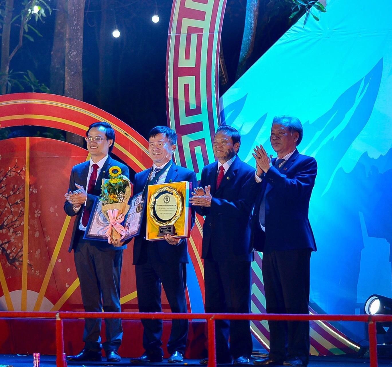 Tiến sĩ Lê Doãn Hợp và Tiến sĩ Thang Văn Phúc – Ủy viên Hội đồng WorldKings được sự thừa ủy quyền của Liên minh Kỷ lục Thế giới trao Đĩa vàng và Huy hiệu Thành viên của Liên Đoàn các Nhà sáng tạo Thế giới – World Creators Federation (WCF) trực thuộc WorldKings đến ông Phạm Hồng Điệp.
