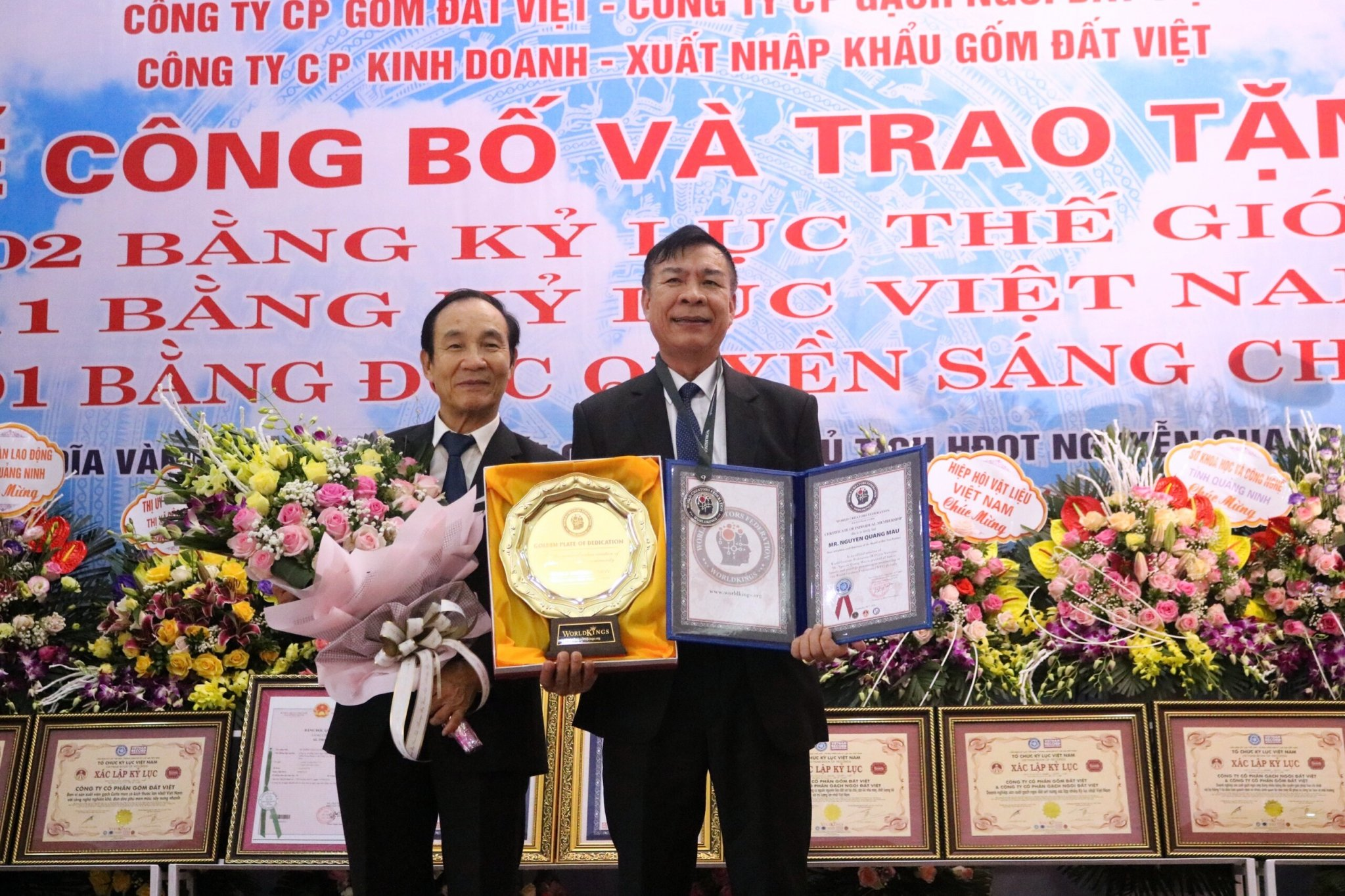 Labor hero Nguyen Quang Mau, Chairman of VIETNAM CERAMICS was also honored to receive the creative gold disc of the World Federation of Creators.