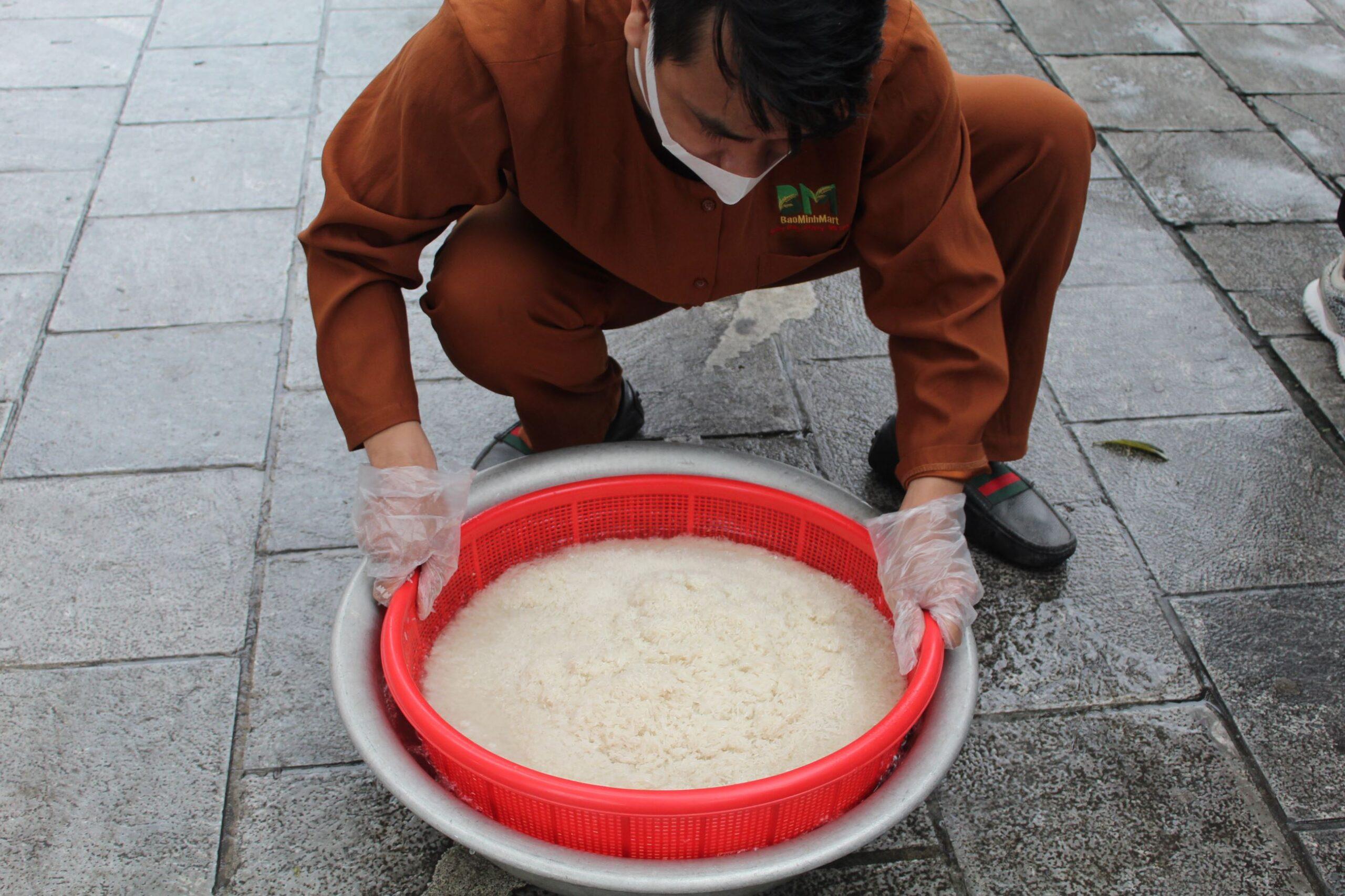 Ban tổ chức tiến hành vo 100kg gạo (mỗi rổ như trong ảnh là 9kg) để chuẩn bị nấu cơm.