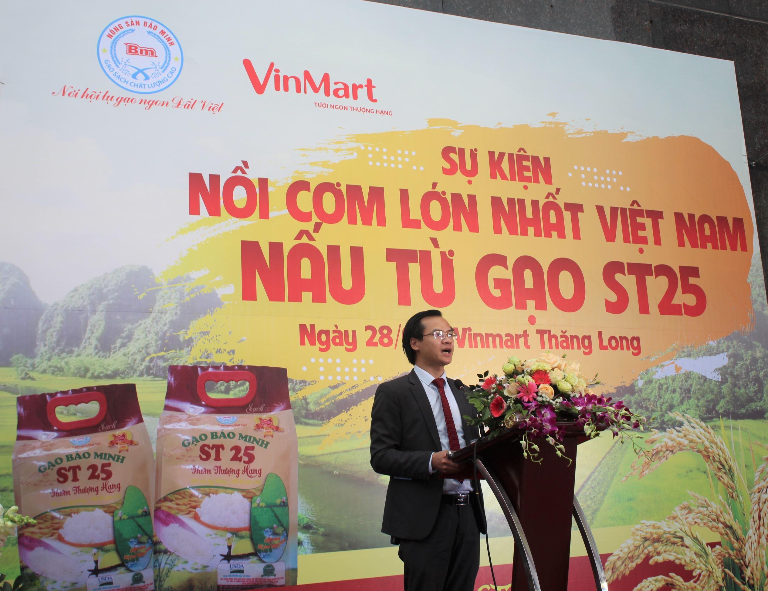 Ông Hoàng Thái Tuấn Anh – Tổng thư ký Tổ chức Kỷ lục Đông Dương, Trưởng VPĐD VietKingstại miền Bắc đại diện công bố quyết định xác lập Kỷ lục đếnCông ty CP kinh doanh chế biến nông sản Bảo Minh.