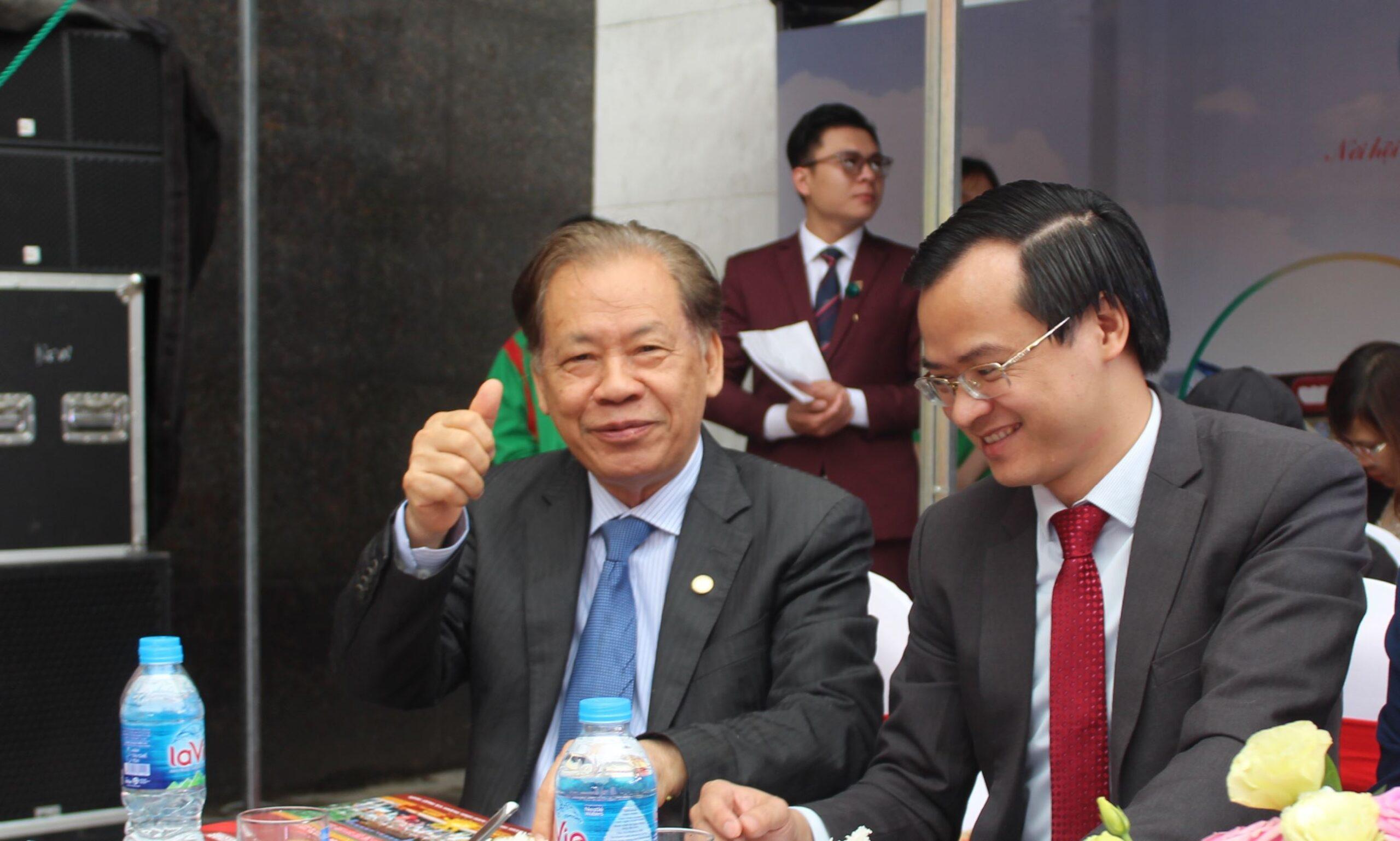 Về phía Lãnh đạo Tổ chức Kỷ lục Việt Nam có sự hiện diện của: Tiến sĩ Thang Văn Phúc - Nguyên Thứ trưởngBộ Nội Vụ, Chủ tịch TW Hội Kỷ lục gia Việt Nam; Ông Hoàng Thái Tuấn Anh - Trưởng Đại diện Tổ chức Kỷ lục Việt Nam tại miền Bắc.