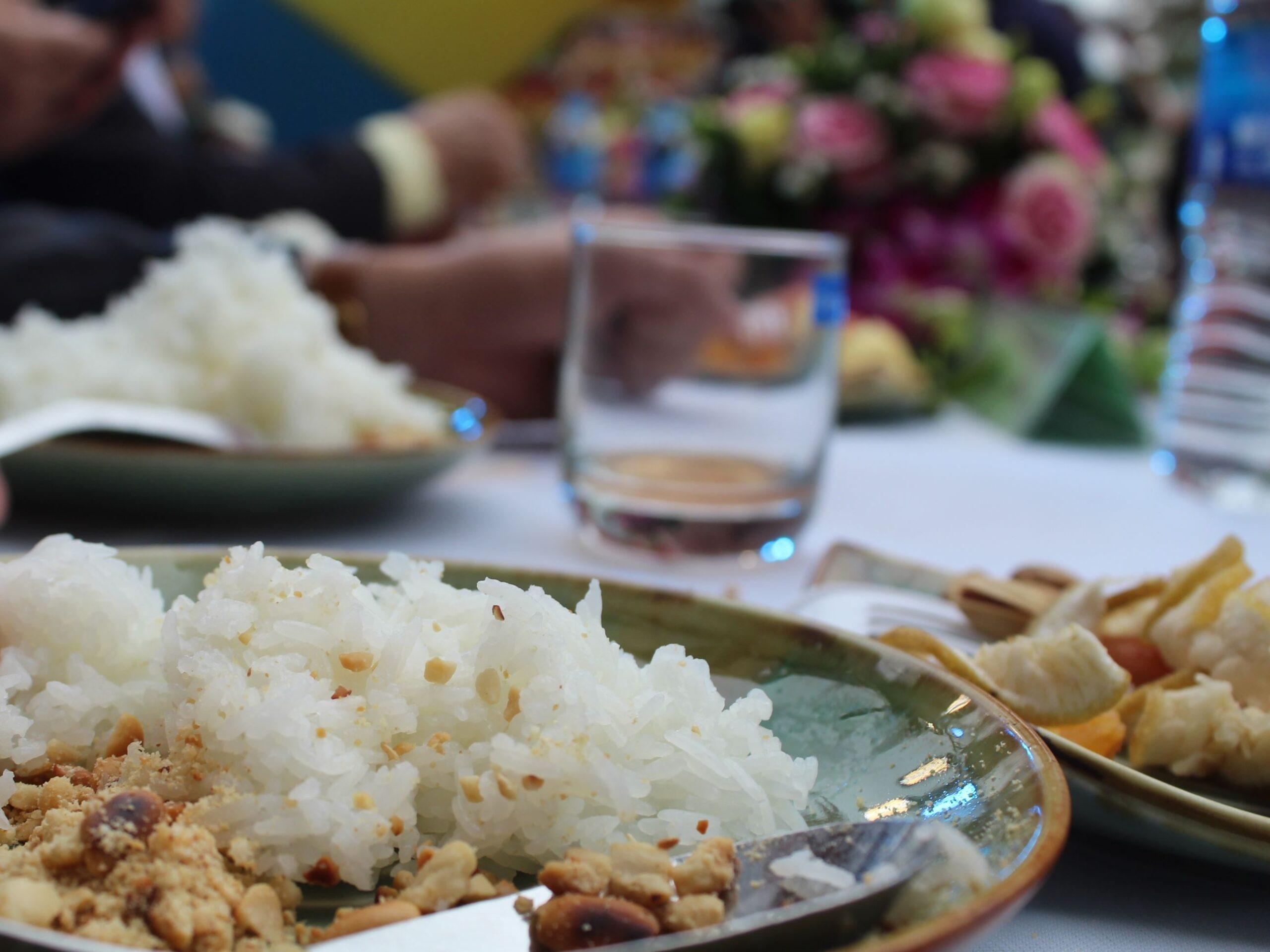 Từng hạt gạo ST25 nóng hổidẻo thơm ngọt vị, trộn cùng muối vừng thơm lừng đã chinh phục các đại biểu và quan khách tham dự - xứng danh Gạo ngon nhất Thế giới!