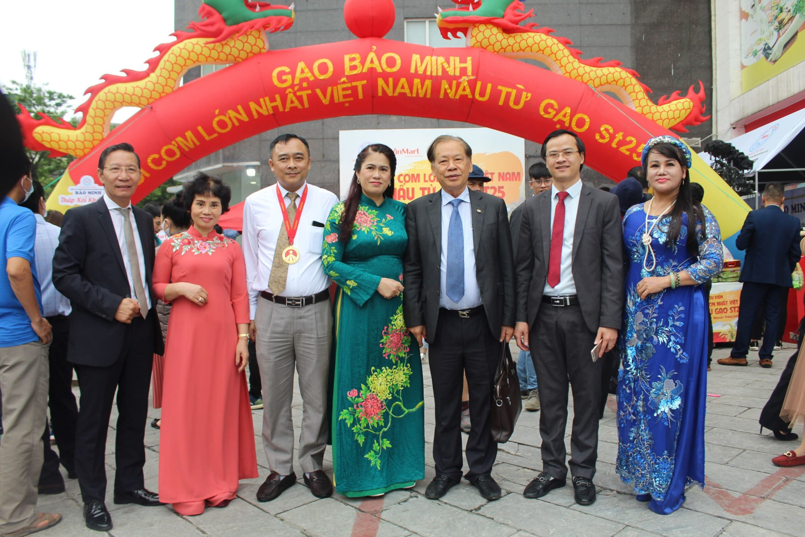 Lãnh đạo công ty Bảo Minh chụp hình lưu niệm cùng Lãnh đạo VietKings và khách mời.