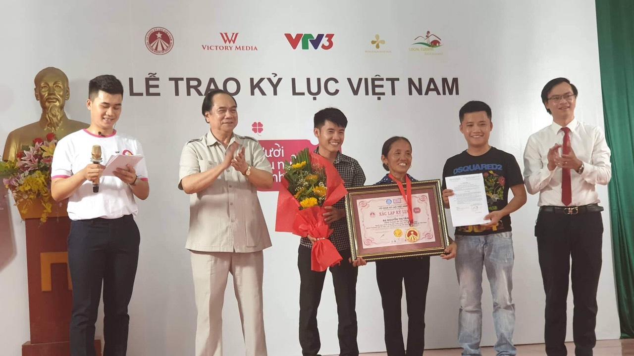 Ông Trần Ngọc Tăng, nguyên Phó Trưởng ban Tuyên giáo Trung ương, nguyên Chủ tịch Hội Chữ Thập Đỏ Việt Nam, Hội đồng Xác lập Kỷ lục Việt Nam (thứ 2 từ trái qua) và ông Hoàng Thái Tuấn Anh trao bằng xác lập Kỷ lục đến bà Nguyễn Thị Tân