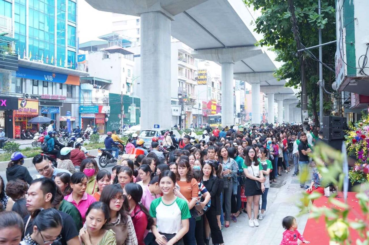 Mặc dù 8h mới bắt đầu chương trình khai trương Thu Cúc Mega Beauty Center Cầu Giấy nhưng ngay từ sáng sớm lượng khách hàng đổ về đã rất đông