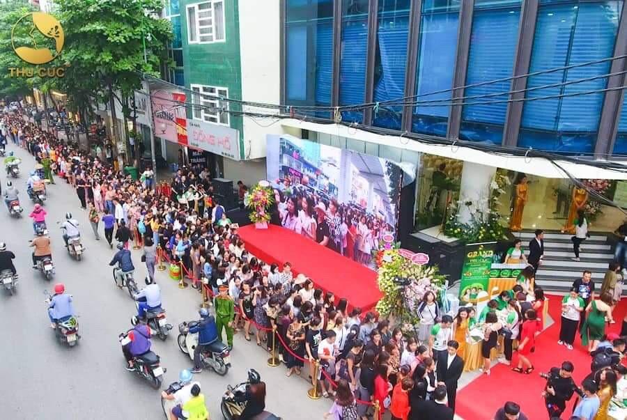 Lượng khách tham dự khai trương xếp hàng dài đến 260m, đông chưa từng thấy đối với một sự kiện khai trương thẩm mỹ viện tại Việt Nam