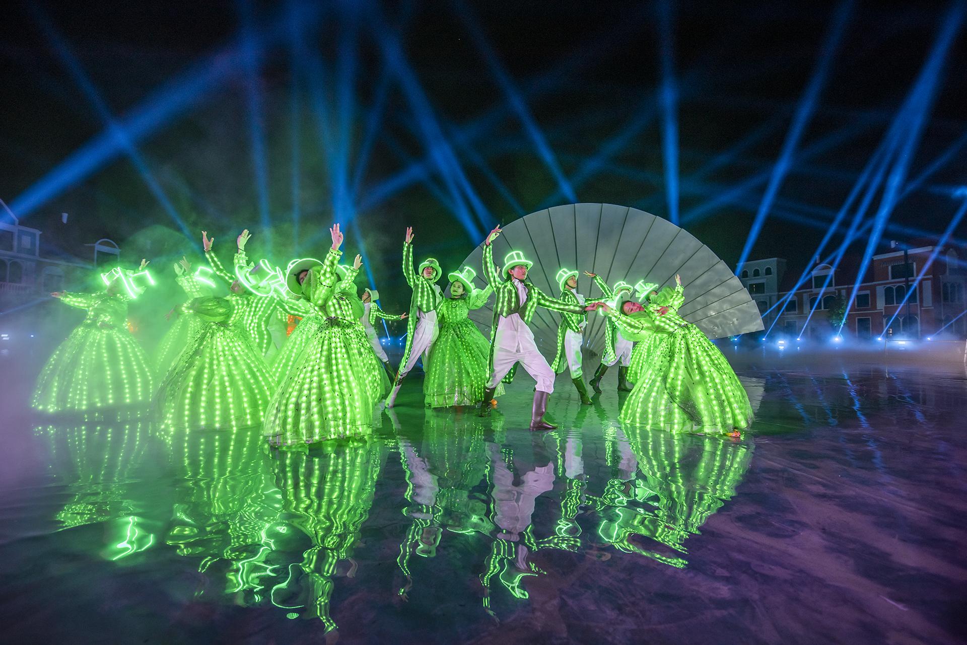 Show diễn đem đến không khí lễ hội hoá trang thành Venice với hàng chục hoạt động biểu diễn đặc sắc, những bộ trang phục làm thủ công bởi các nghệ nhân tài hoa. Trên những đoàn thuyền Gonzola trứ danh, du khách có thể du ngoạn toàn bộ khu Venice và chiêm ngưỡng sân khấu nhạc nước Sắc Màu Venice được công diễn vào mỗi tối.