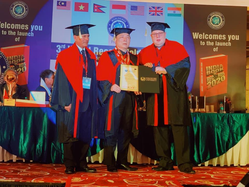 Doanh nhân Nguyễn Văn Đệ nhận bằng Tiến sĩ danh dự kỷ lục do Viện Đại học Kỷ lục thế giới trao tặng.