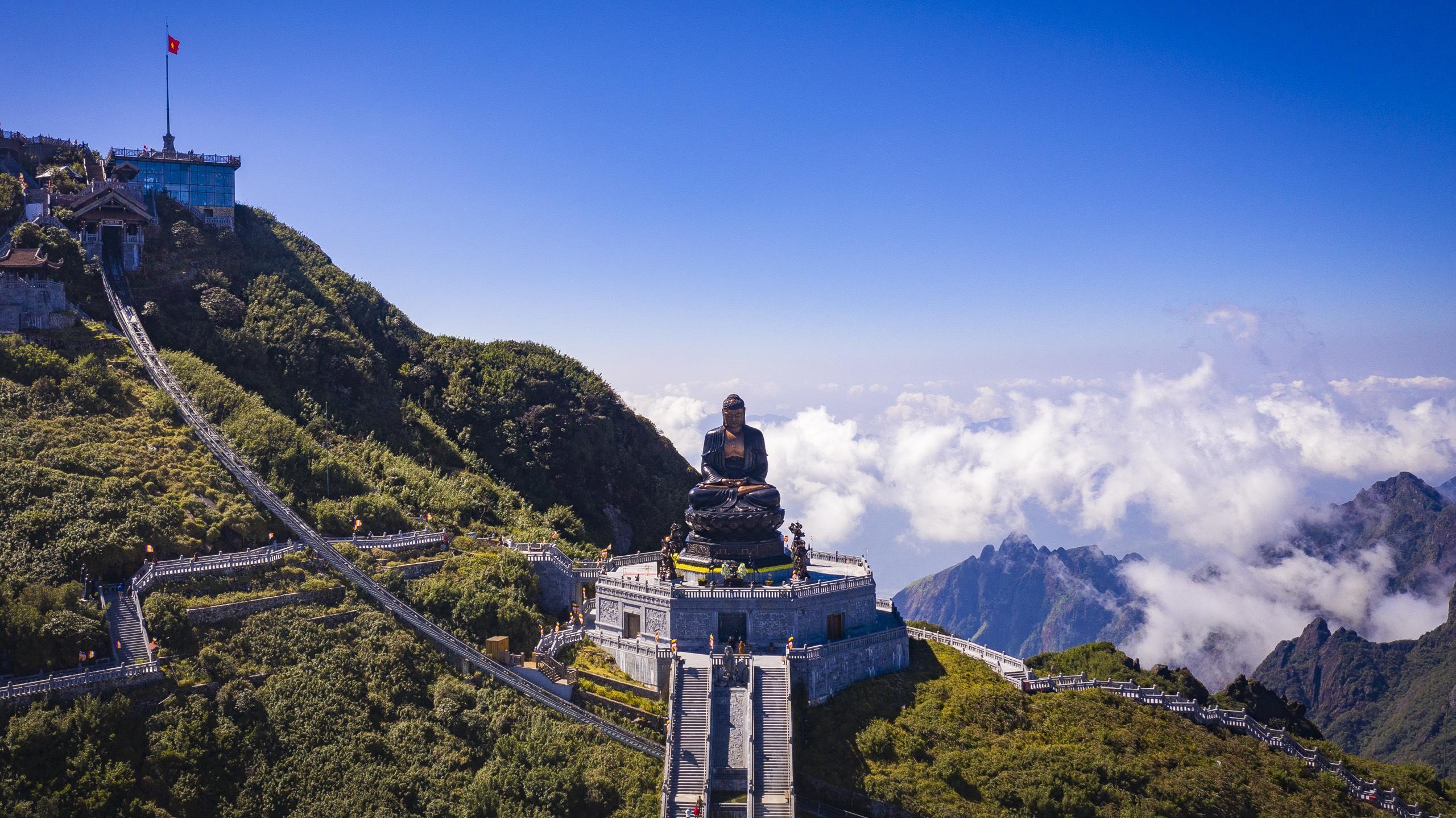 Đại tượng Phật A Di Đàđược tạo thành bởi hàng ngàn vạn tấm đồng dày 5mmgia côngtại chỗ, ốp trên một kết cấu khung sắt có thể tích gần 1000m3 thật uy nghiêm trên đỉnh Fansipan.
