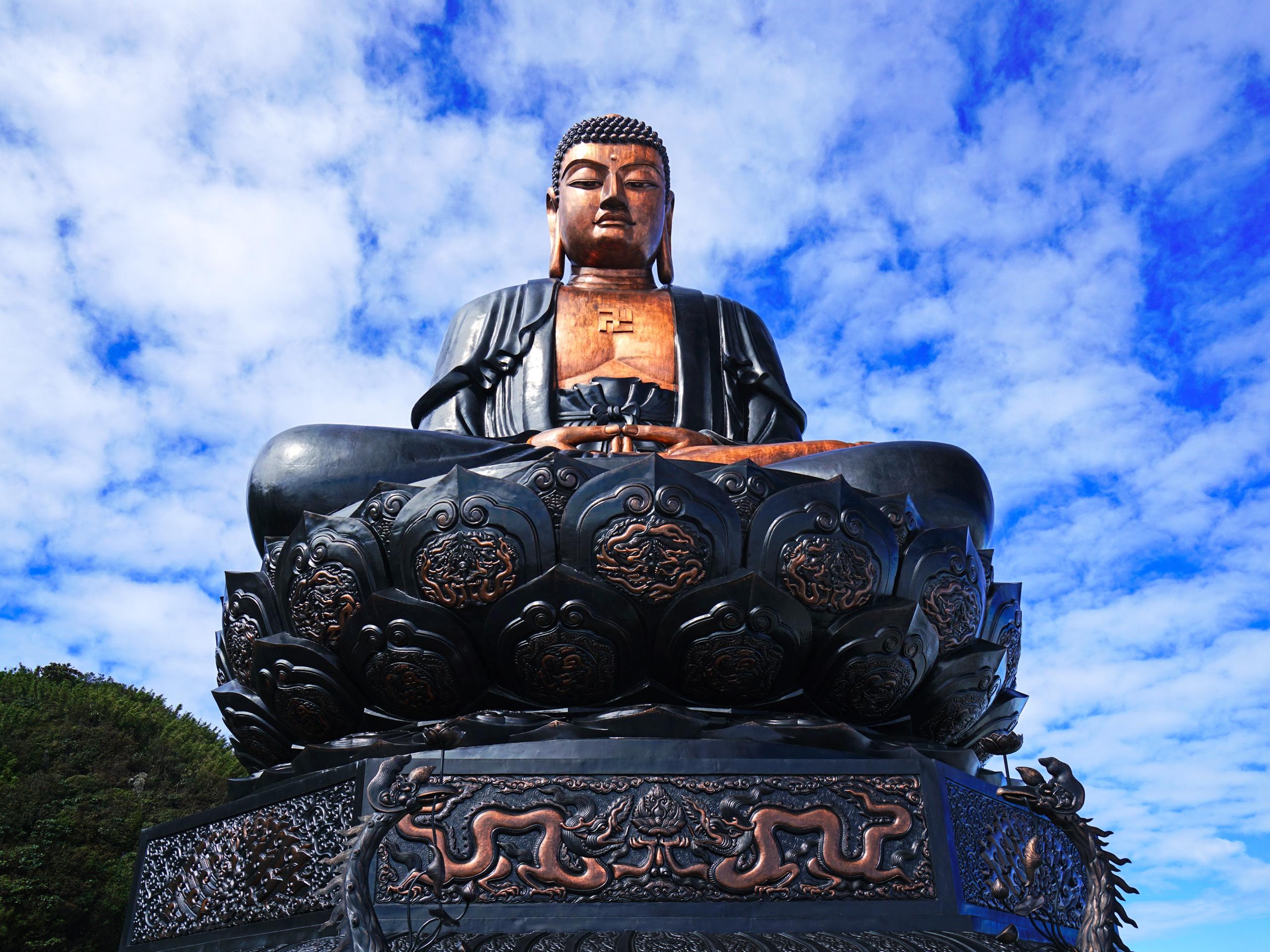 Đại tượng Phật A Di Đà cao 21,5m, tọa lạc tại độ cao 3.100m, được đúc từ hàng chục tấn đồng dày 5mm với thể tích gần 1.000m3