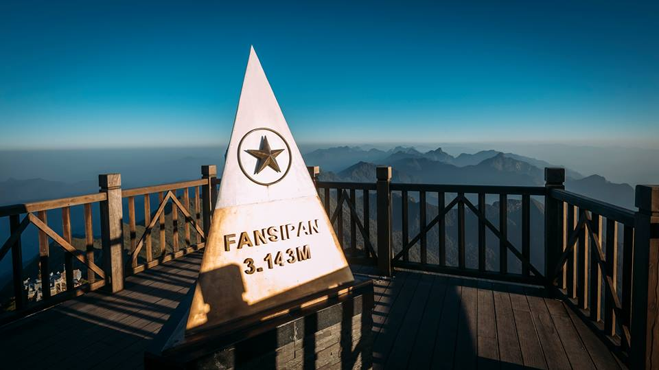 Đỉnh Fansipan - nơi check-in được yêu thích của tất cả du khách được bao phủ trong mây bay và có tầm nhìn tuyệt đẹp