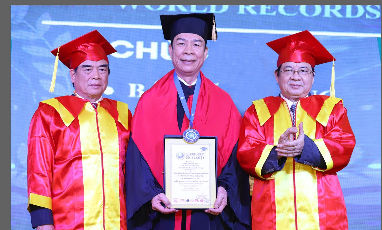 Labor hero Nguyen Quang Muo, chairman of Dat Viet Ceramics received an honors doctoral degree from the World Record University
