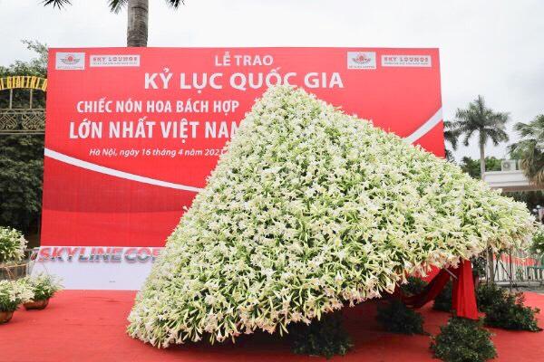 Mô hình nón lá bằng hoa loa kèn có đường kính 6m và chiều cao 4m, được tạo nên từ hơn 20.000 bông hoa loa kèn.