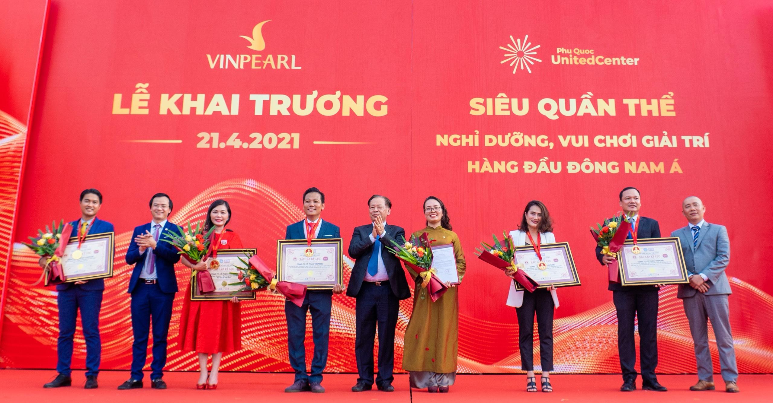 Ban đại diện Tổ chức Kỷ lục Việt Nam trao bằng xác lập 5 kỷ lục đến đại diện tập đoàn Vingroup.