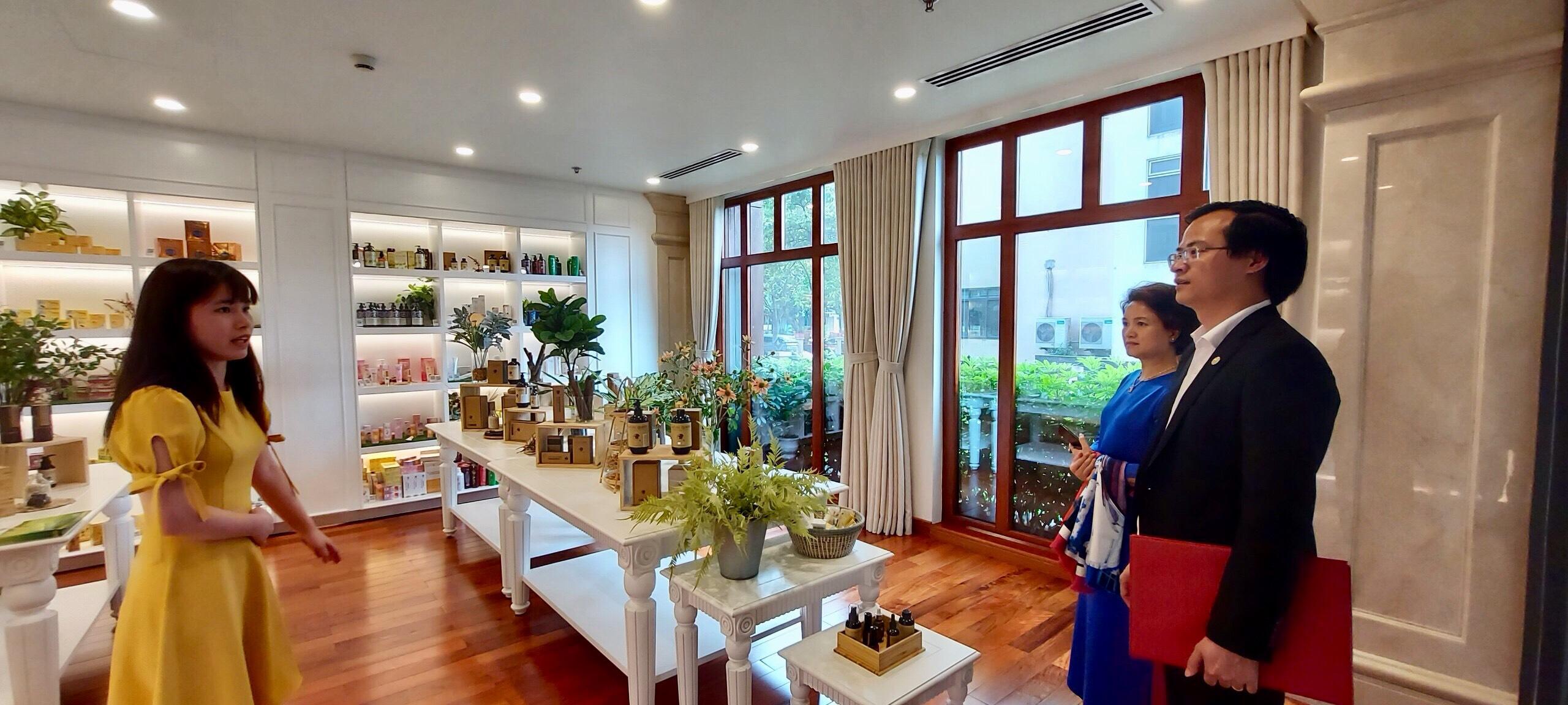 Thăm khu trưng bày, giới thiệu các sản phẩm của Sao Thái Dương.